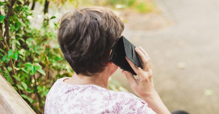 kvinna får bluffsamtal - telefonbedrägeri
